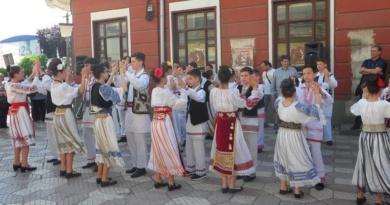 """Lugoj Expres """"Lugojana"""" a sărbătorit, prin cântec și dans, Ziua Europei Ziua Europei spectacol stradal Lugojana dans cântec ansamblu folcloric"""