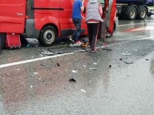 Lugoj Expres Cod roșu, pe centura Lugojului! Un microbuz cu elevi, implicat într-o coliziune cu un TIR și un autoturism (FOTO) șapte răniți microbuz cu elevi elevi răniți cod roșu centura Lugojului accident Lugoj accident grav