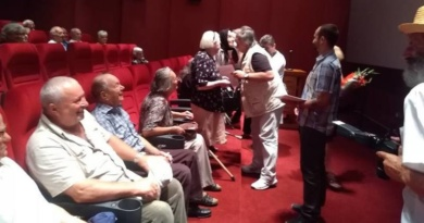 Lugoj Expres Vârstnicii din Lugoj au fost premiați! La cinematograf... vârstnici seniorii Lugojului premiu de fidelitate premii persoane longevive diplome cinematograf 90 de ani 50 de ani de căsătorie