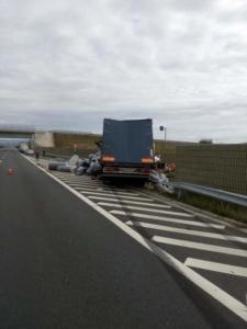 Lugoj Expres Un TIR și un autoturism s-au izbit violent pe autostrada A1 vătămare corporală Traian Vuia TIR șoferi răniți Lugoj încarcerat Impact violent Deva coliziune autostrada A1 Autostrada accident
