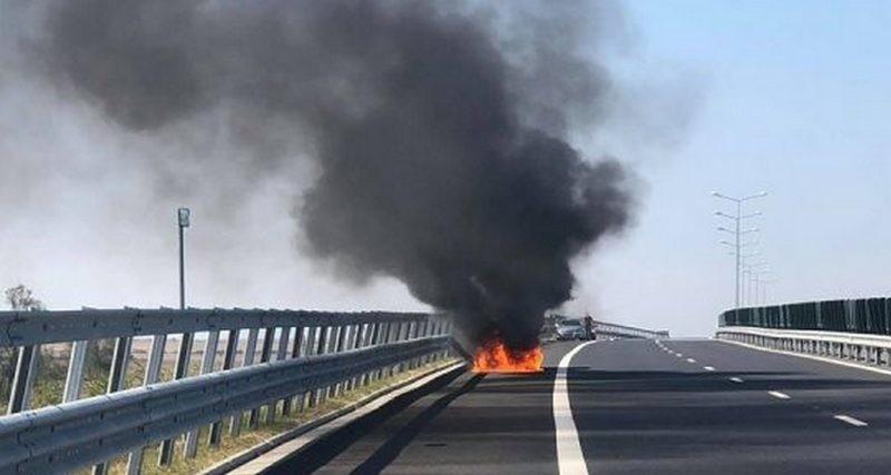 Lugoj Expres Autoturism distrus de flăcări, pe autostrada A1 trafic blocat mașină în flăcări incendiu foc flăcări autoturism distrus autostrada A1