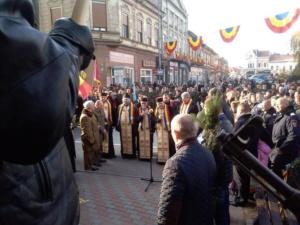 Lugoj Expres Depuneri de coroane, defilare și fum tricolor, de Ziua Națională Ziua Națională Lugoj fum depuneri de coroane defilare ceremonial 1 Decembrie