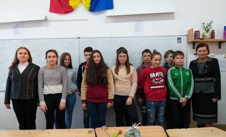 Lugoj Expres Moment poetic eminescian, la Școala Gimnazială Nr. 3 Școala Gimnazială nr. 3 Lugoj recital poet moment poetic Mihai Eminescu elevi
