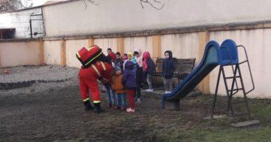 Lugoj Expres Incendiu la grădiniță! 25 de copii au fost evacuați pompieri Lugoj incendiu Lugoj incendiu grădiniță incendiu grădiniță foc copii evacuați
