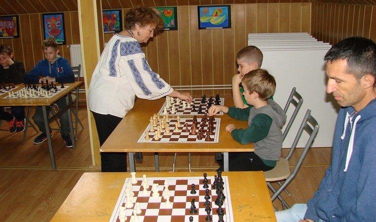 Lugoj Expres Ziua șahului lugojan ziua șahului lugojan ziua șahului simultan șah maestra internațională Lugoj Ligia Jicman CSM Lugoj Clubul Copiilor Lugoj Clubul Copiilor