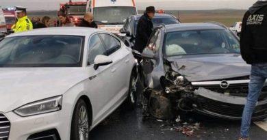 Lugoj Expres Carambol pe autostrada A1! Trei femei și doi copii au ajuns la spital după coliziunea dintre trei autoturisme și un autocamion victime trei femei spital doi copii coliziune carambol autostrada A1 accident