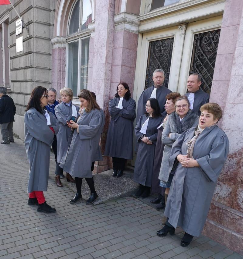 Lugoj Expres Grefierii lugojeni au protestat, în stradă, nemulțumiți de pierderea pensiei de serviciu protestatari protest in stradă protest pensie specială pensie de serviciu nemulțumiți lugojeni Lugoj instanțe grefieri