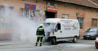 Lugoj Expres Un microbuz a luat foc! strada Bucegi șofer scurt circuit pompieri microbuz Lugoj incendiu foc flăcări