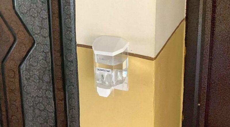 Lugoj Expres Se montează dozatoarele cu dezinfectant în scările de bloc scări de bloc montare Lugoj dispozitive dezinfectant blocuri